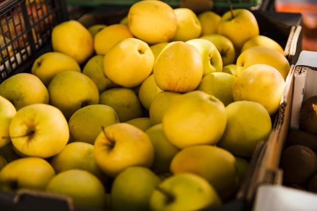 Grupo de maçã verde no mercado de frutas para venda Foto gratuita