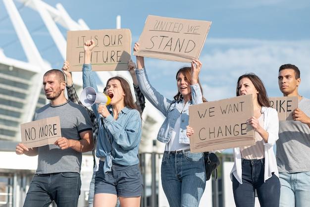 Grupo de manifestantes demonstrando juntos Foto gratuita