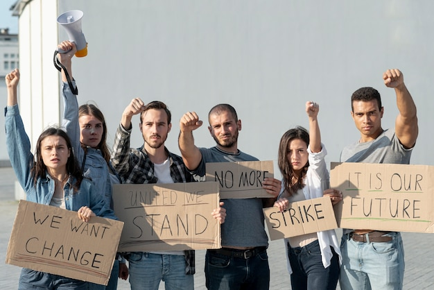 Grupo de manifestantes marchando juntos Foto gratuita