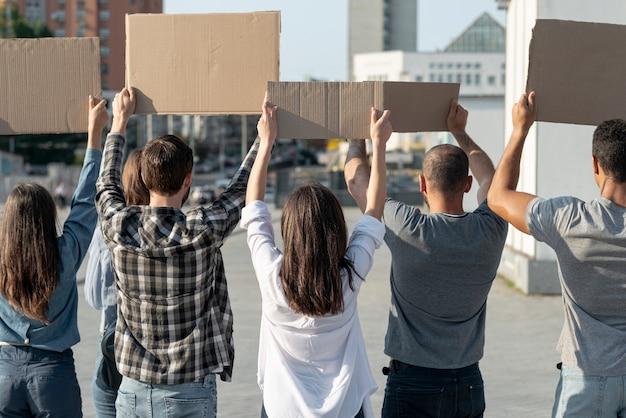 Grupo de manifestantes marchando pela paz Foto gratuita