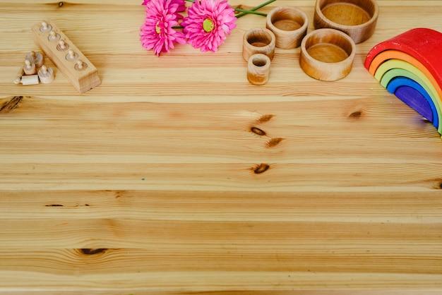 Grupo de materiais de aprendizagem de cores redondas e de madeira na mesa de madeira Foto Premium