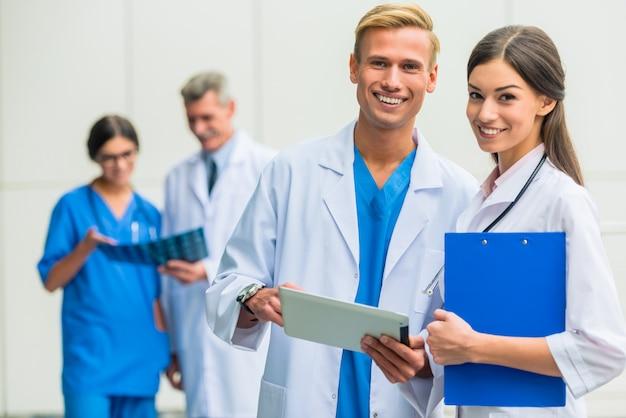 Grupo de médicos em pé e posando na câmera. Foto Premium