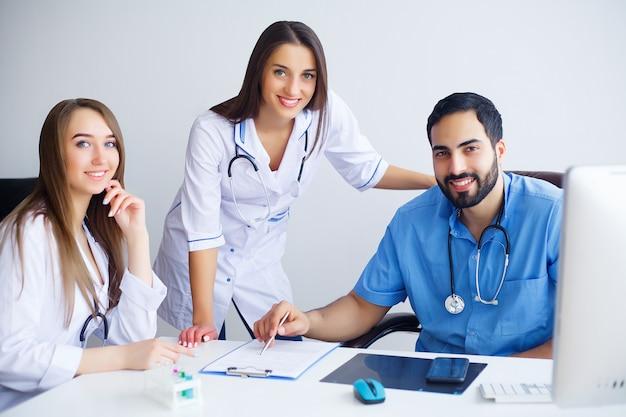 Grupo de médicos multirraciais felizes trabalhando juntos na ...