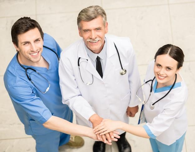 Grupo de médicos no hospital. Foto Premium