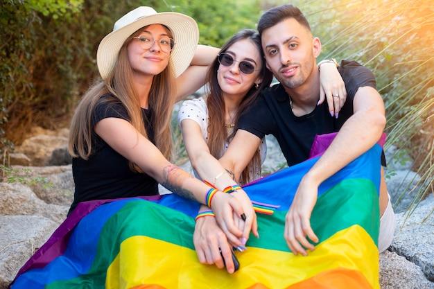 Grupo de meninos e meninas na festa do orgulho gay Foto Premium