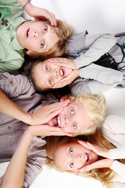 Grupo de meninos jovens e bonitos Foto gratuita