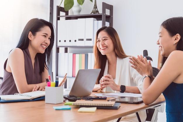 Grupo de mulheres asiáticas bonitas que encontram-se no escritório ao negócio da discussão. Foto Premium