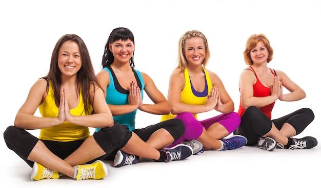 Grupo de mulheres desfrutando de ioga Foto gratuita