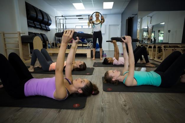Grupo de mulheres em forma se exercitando com anel de pilates Foto Premium