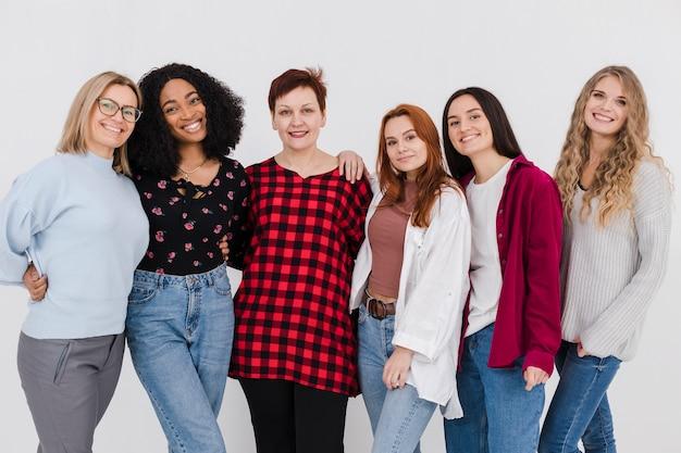 Grupo de mulheres posando juntos Foto gratuita