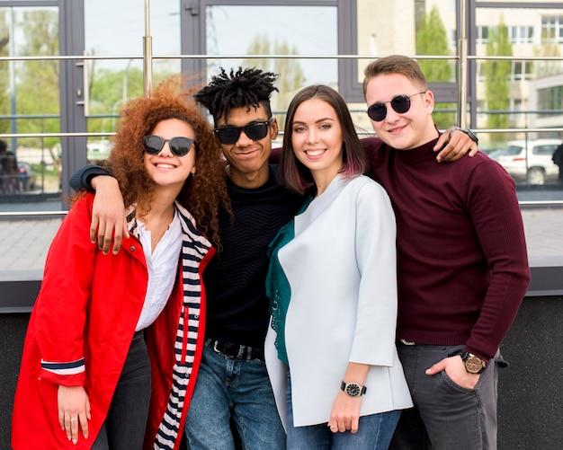 Grupo, de, na moda, estudantes universitários, ficar, junto, contra, modernos, vidro, predios Foto gratuita