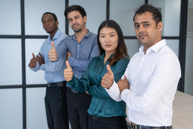 Grupo de negócio multirracial que levanta na sala de reunião. Foto gratuita