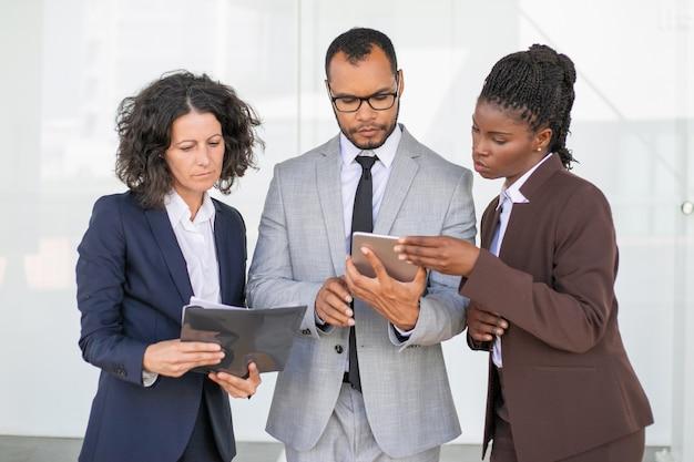 Grupo de negócios focado estudando o relatório Foto gratuita