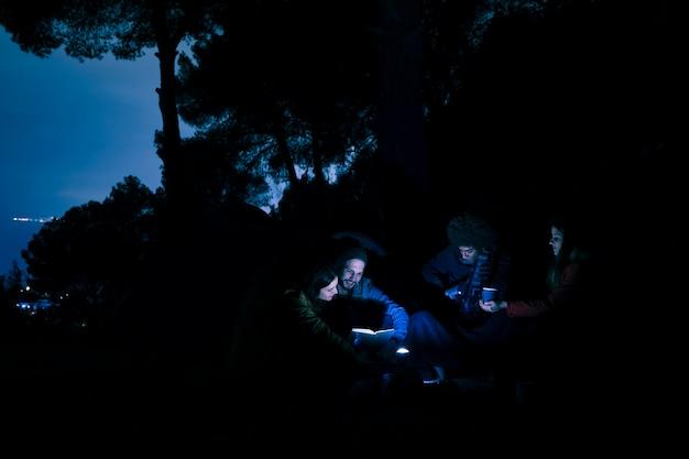 Grupo, de, par jovem, hiker, noturna, acampar, em, montanhas Foto gratuita