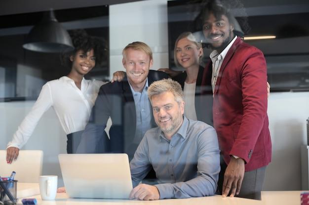 Grupo de parceiros de negócios multiétnicos em uma reunião de equipe de negócios criativa em um escritório moderno Foto gratuita