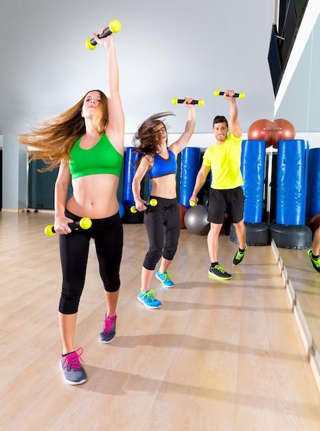 Grupo de pessoas cardio de dança zumba no ginásio de fitness Foto Premium