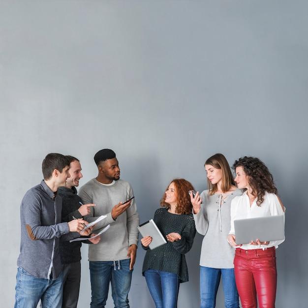 Grupo de pessoas com laptops Foto gratuita