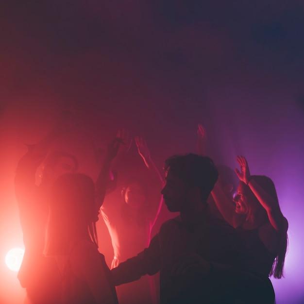 Grupo de pessoas dançando em disco Foto gratuita