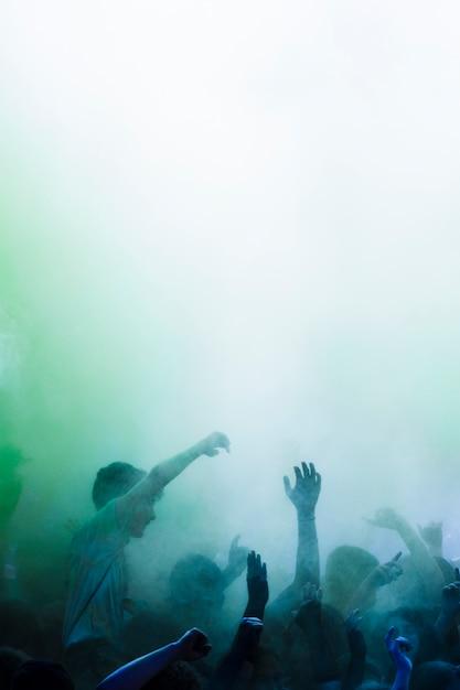 Grupo de pessoas dançando nas cores holi Foto gratuita