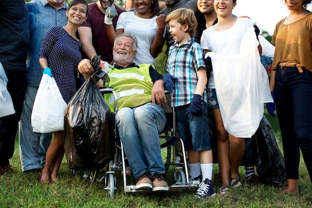 Grupo de pessoas de diversidade voluntária projeto de caridade Foto Premium