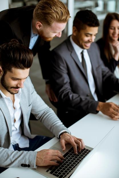 Grupo de pessoas de negócios compartilhando suas idéias no escritório Foto Premium