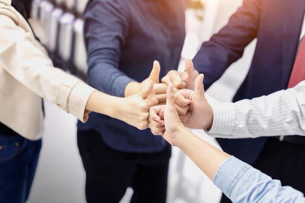 Grupo de pessoas de negócios, dando os polegares para cima gesto de aprovação Foto Premium