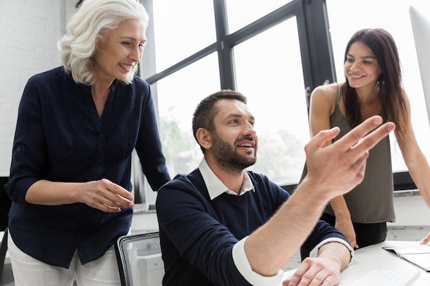 Grupo de pessoas de negócios, discutindo o plano financeiro à mesa em um escritório Foto gratuita