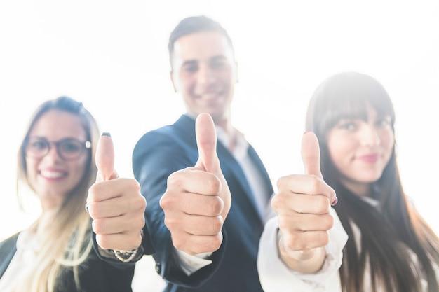 Grupo de pessoas de negócios, mostrando o polegar para cima o sinal Foto gratuita