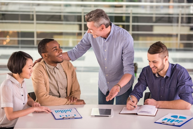 Grupo de pessoas de negócios, tendo o encontro no escritório. Foto Premium