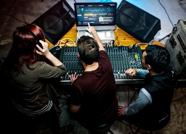 Grupo de pessoas em uma estação de mixagem de som Foto gratuita