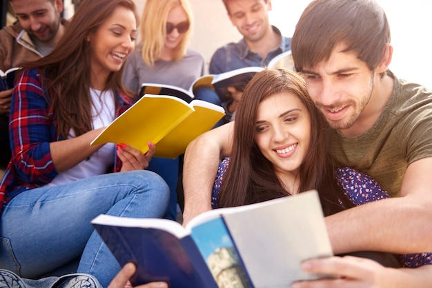 Grupo de pessoas estudando ao ar livre Foto gratuita