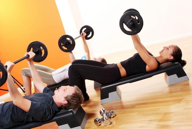 Grupo de pessoas fazendo exercícios de fitness Foto gratuita