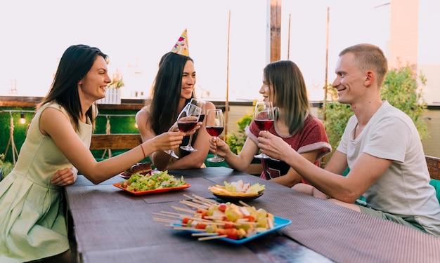 Grupo de pessoas festejando no telhado Foto gratuita