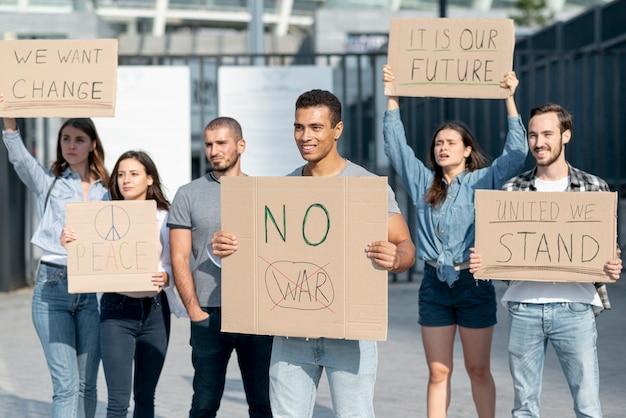 Grupo de pessoas protestando juntos Foto gratuita