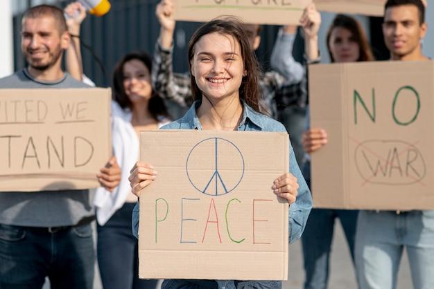 Grupo de pessoas protestando pela paz Foto gratuita