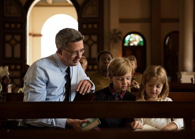 Grupo de pessoas religiosas em uma igreja Foto Premium