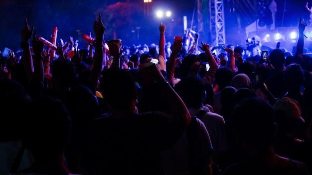 Grupo de pessoas se divertindo no concerto de música Foto Premium