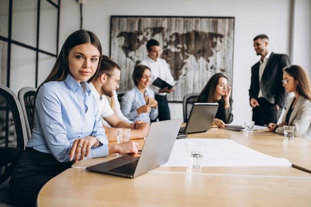 Grupo de pessoas trabalhando no plano de negócios em um escritório Foto gratuita