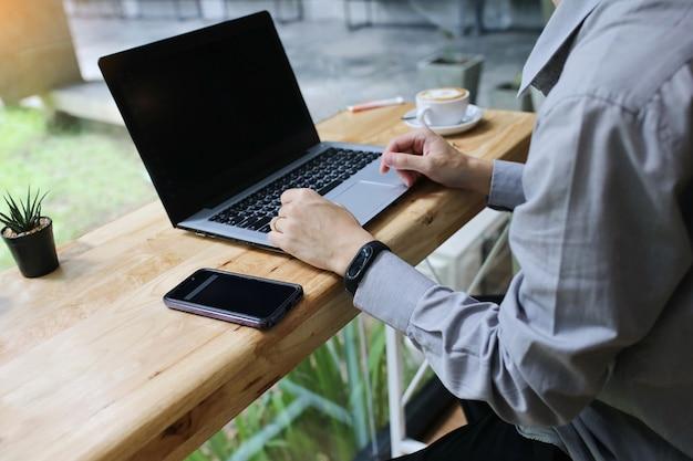 Grupo de pessoas várias nacionalidade feliz e alegre para o sucesso-los trabalhar com o laptop no escritório moderno. Foto Premium