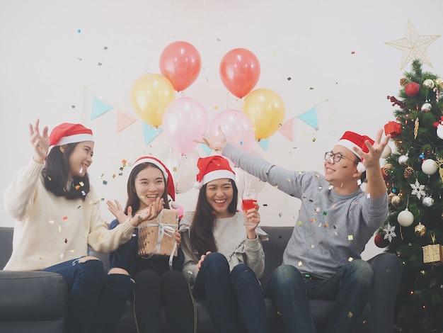 Grupo de povos asiáticos se divertir juntos em comemoração festa de ano novo em casa. Foto Premium