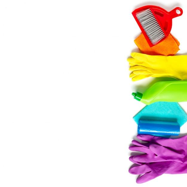 Grupo de produtos de limpeza de cores do arco-íris isoladas no branco. Foto Premium