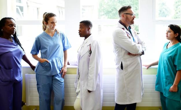 Grupo de profissionais médicos discutindo no corredor de um hospital Foto Premium
