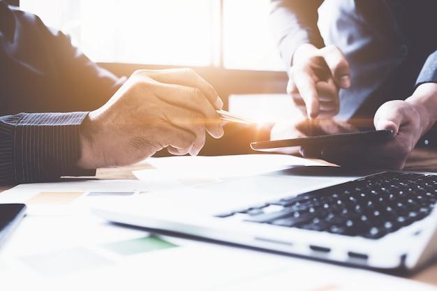 Grupo de reunião de negócios discutindo sobre dados grandes juntos na sala de reuniões. grupo de apoio e conceito de reunião. Foto Premium