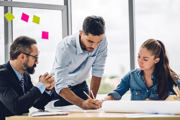 Grupo de reunião de negócios profissional e discussão de estratégia com novo projeto de inicialização Foto Premium