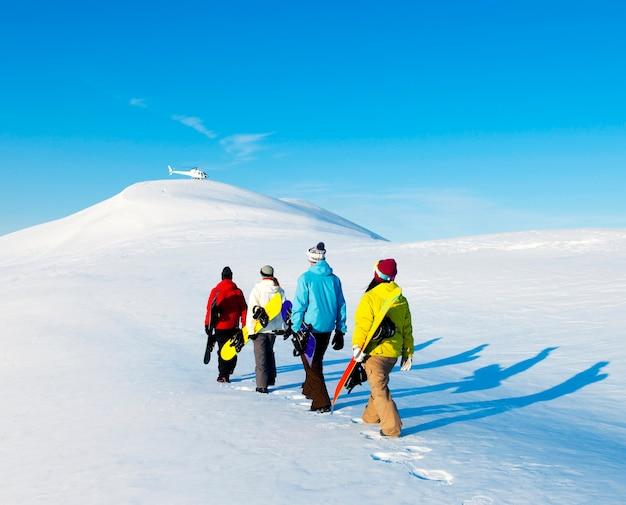 Grupo de snowboarders, desfrutando de uma manhã de inverno lindo. Foto Premium