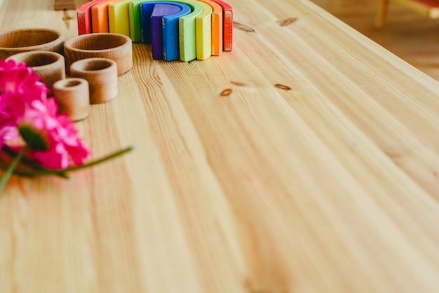 Grupo de taças de madeira redondas e vazias e flores roxas Foto Premium