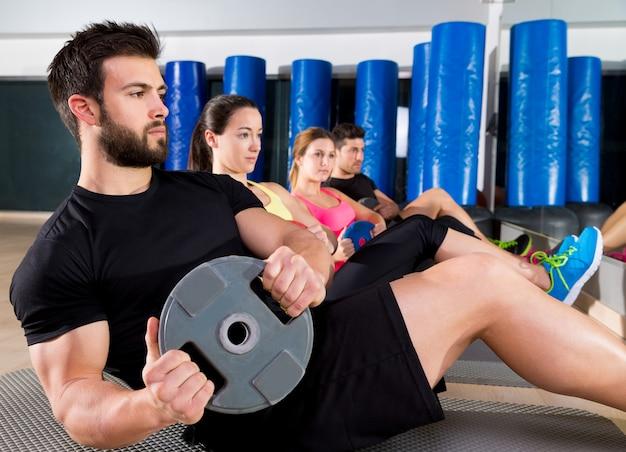 Grupo de treinamento de placa abdominal no ginásio Foto Premium
