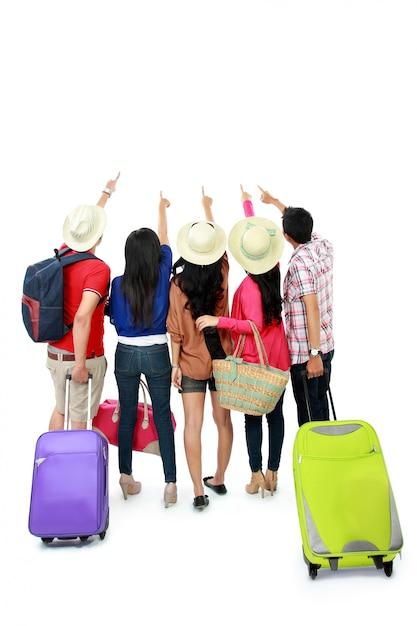 Grupo de turistas ficar juntos e olhando para cima Foto Premium