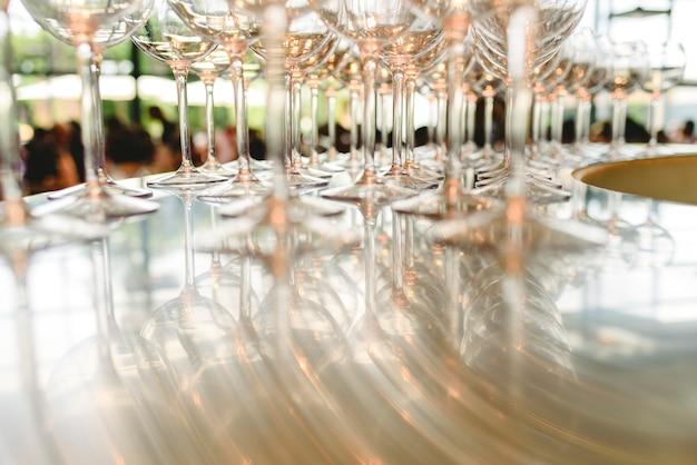 Grupo de vidros transparentes vazios prontos para um partido em uma barra. Foto Premium