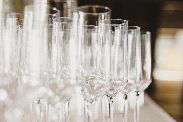 Grupo de vidros vazios e transparentes do champanhe em um restaurante. Foto Premium